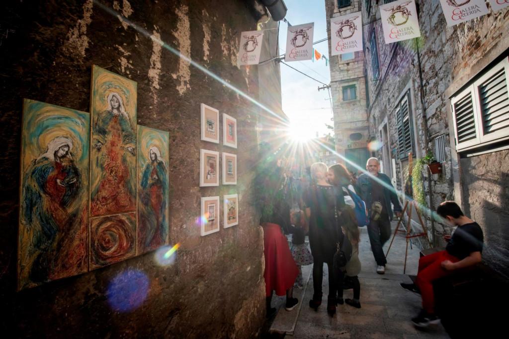 Šibenski likovni umjetnici na tri dana će Ulicu svetog Krševana pretvoriti u mjesto susreta, ulicu umjetnika i kreativaca s izložbom na otvorenom, glazbom i tematskim radionicama