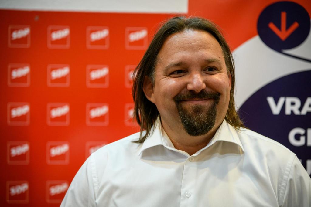 Sibenik, 300521.<br /> Prostorije gradskog SDPa<br /> Pracenje drugog kruga lokalnih izbora 2021<br /> Na fotografiji: Tonci Restovic kandadt SDP za gradonacelnika Sibenika daje izjavu nakon objave prvih rezultata, da nije pobijedio.<br />