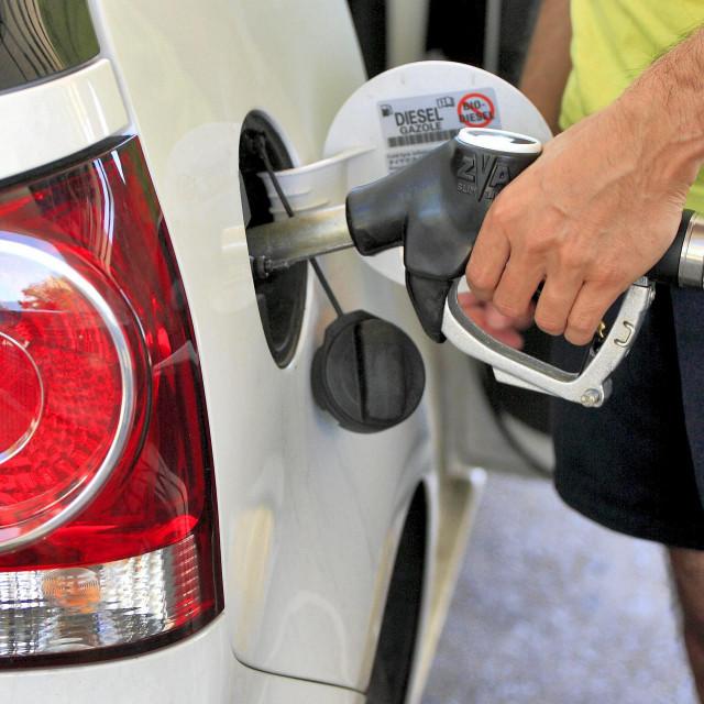 Radnici na pumpama kažu da nije bilo dosta onih koji su gorivo točili u kanistere, kako bi se osigurali dok restrikcije traju (ilustracija)
