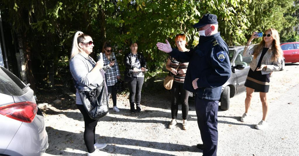 Ispred škole u Krapinskim Toplicama okupilo se nekoliko antimaskera, dočekali su ih policija i zaštitari