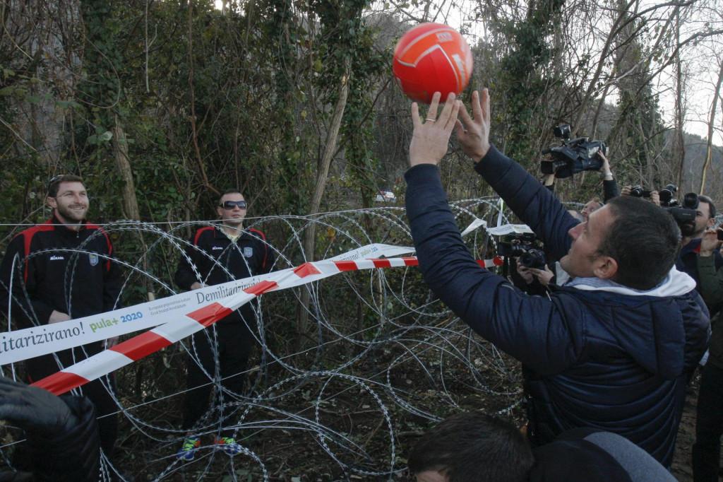 Tijekom migrantske krize 2015. i 2016. godine Slovenija je podigla 200 kilometara bodljikave žice, što je naišlo na proteste s hrvatske strane