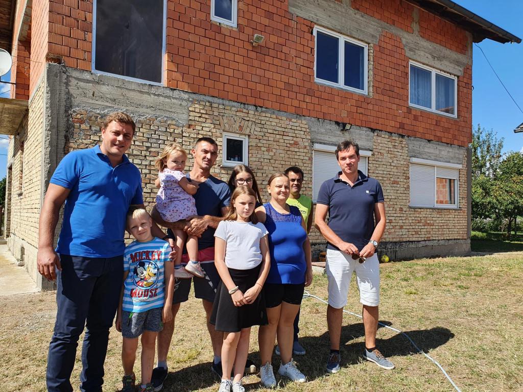 Načelnik Marko Grubelić i obitelj Skrbin ispred nove kuće