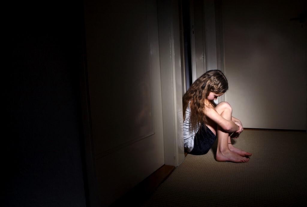 Zbog olakotnih okolnosti, za spolno zlostavljanje sedmogodišnje pokćerke više od godinu dana, sud je pedofilu smanjio kaznu s 14 na 11 godina zatvora (ilustracija)