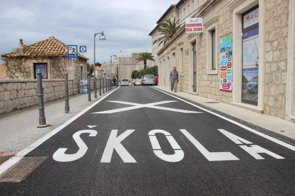 U tijeku su radovi redovnog održavanja horizontalne signalizacije na prometnim površinama na području grada Dubrovnika