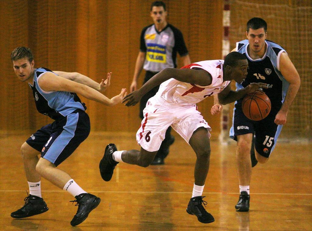Dejon Maurice Prejean, prvi tamnoputi igrač u povijesti Košarkaškog kluba Dubrovnik, svoj debi je imao protiv Kvarnera u kupu u petak, 12. prosinca 2008. godine. Na slici Prejean između Matea Juričića i Davora Velčića, košarkaša Kvarnera