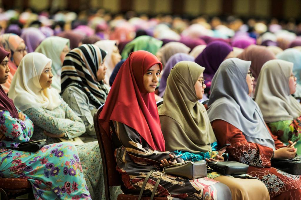 Žene u Brunejima slušaju sultanov govor