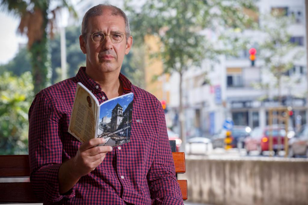 Autor sa zbirkom, završnim dijelom 'Kamene trilogije'