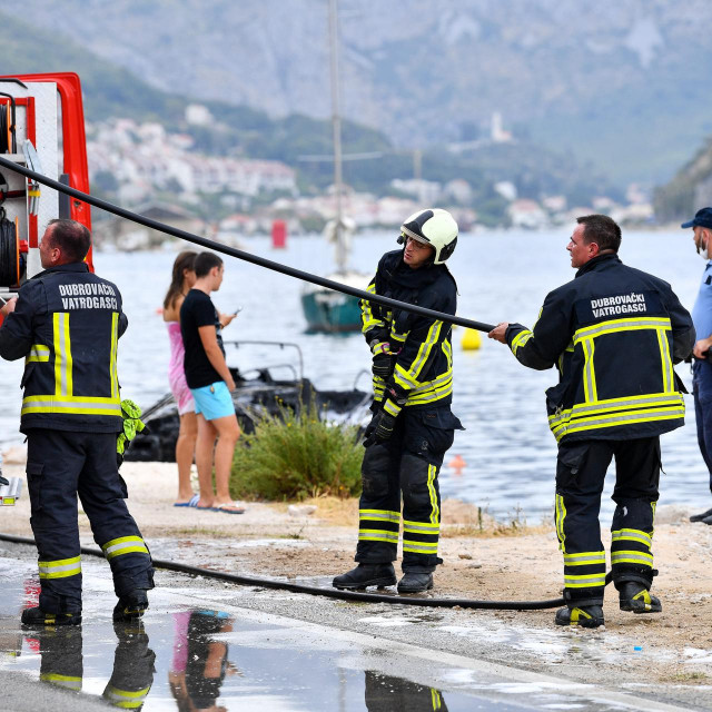 Dubrovnik, 050821.<br /> Na Mirinovu se danas zapalilo pet glisera i dva automobila. Vatra je krenula tako sto je planuo agregat s benzinom, iskrenjem, pri pretakanju goriva.<br />
