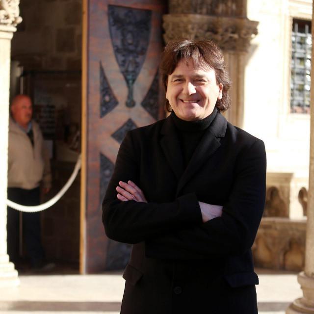 Zdravko Čolić ispred Kneževa dvora za vrijeme snimanja spota