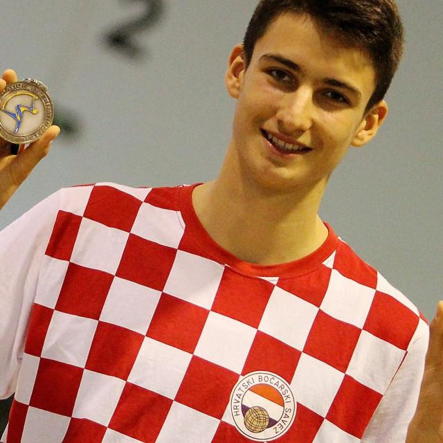 Luka Gašpar - ovako je bilo 2018. kad se vratio sa Svjetskog juniorskog prvenstva u Kini, a sad će biti isto nakon što se vrati sa Svjetskog mlađe seniorskog prvenstva, koje je upravo završilo u Francuskoj. Pločanin je opet osvojio dvije medalje