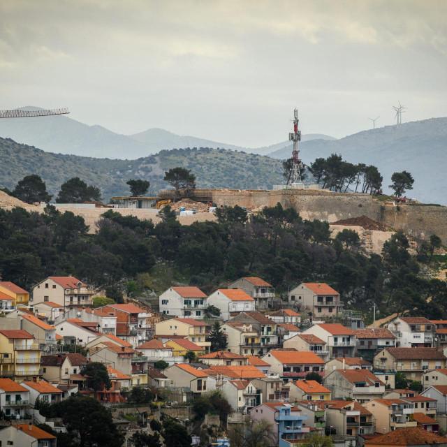 Sibenik, 120421.<br /> Pogled na grad Sibenik, gradske cetvrti sa vidikovca na brdu Smricnjak.<br /> Na fotografiji: tvrdjava Svetog Ivana.<br />
