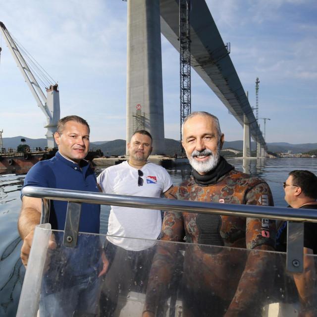 SLOBODNA DALMACIJA<br /> Komarna, 110921.<br /> Ronioci splitske tvrtke Stijeg izvode zavrsne radove u podmorju ispod Peljeskog mosta.<br /> Na fotografiji: Niksa Kaleb,Boran Martic i Luka Vekic ispod Peljeskog mosta.<br />
