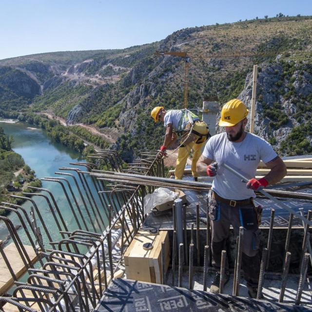 SPECIJAL SD<br /> Pocitelj, 150921.<br /> Gradiliste mosta Pocitelj preko rijeke Neretve, koji svojom duzinom od 970 metra i visinom od 97 metara prestavlja jedan od vecih graditeljskih izazova na trasi autoceste kroz BiH na europskom koridoru Vc.<br /> Na fotografiji: most u izgradnji.<br />