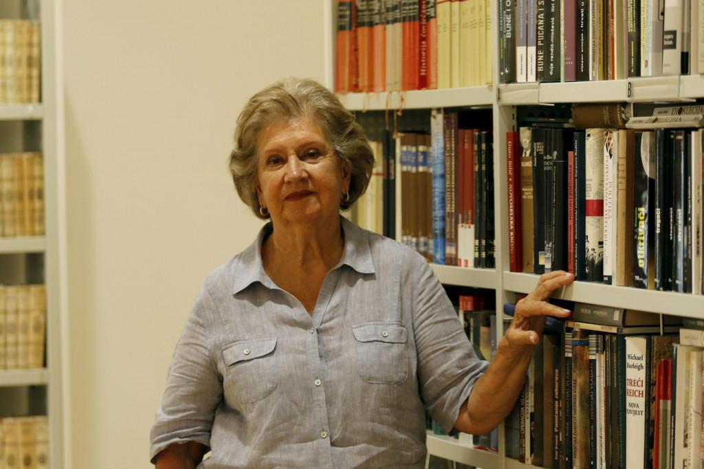 'Postala sam profesorica engleskog jezika na sveučilištu u Caracasu. Magistrirala sam i metodiku nastave stranih jezika na sveučilištu u Caracasu 1987.'