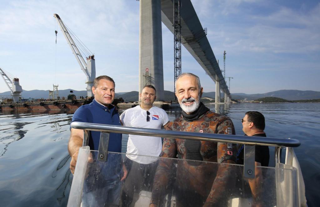 Ronioci splitske tvrtke Stijeg ispod mosta: Nikša Kaleb, Boran Martić i Luka Vekić na brodu s našim reporterom<br />