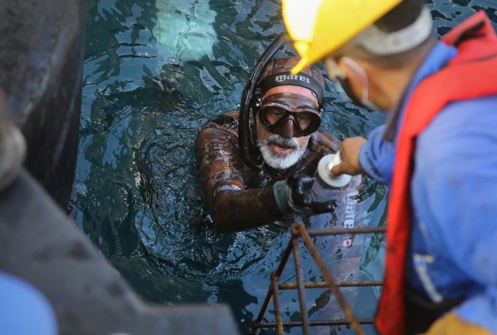 Ronioc Luka Vekić trenutno učvršćuje bokobrane na betonske stupove mosta.<br />
