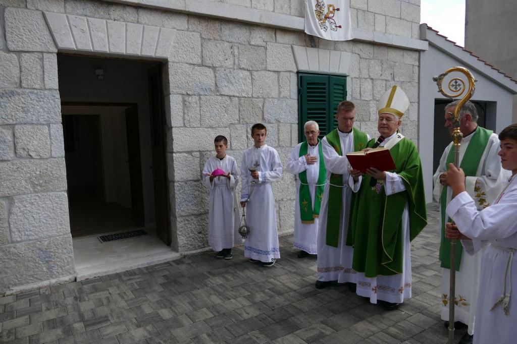 Nadbiskup Marin Barišić blagoslovio je obnovljenu župnu kuću u Srinjinama