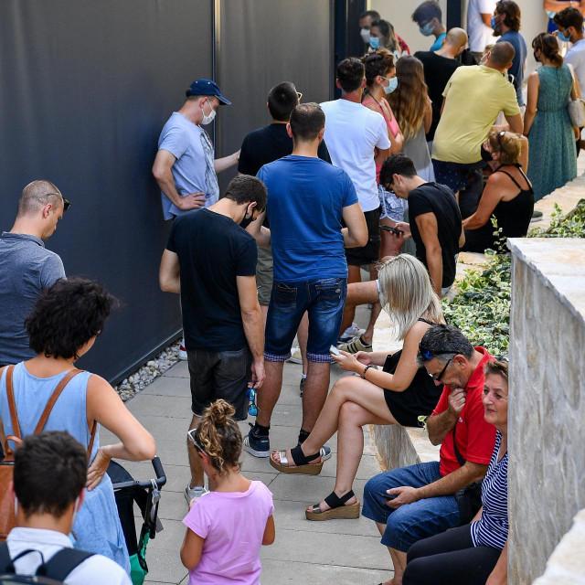 Dubrovnik, 2901721.<br /> U studentskom domu danas je odrzano 30. po redu masovno cijepljenje, a mogli su pristupiti i stranci na odmoru u Dubrovniku.<br />