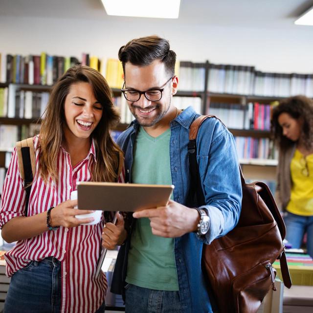 Grupa studenata uči u sveučilišnoj biblioteci