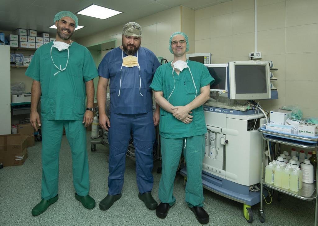Stjepan Ivanković, Mate Petričević te Josip Vojković, tim kardiokirurga prije ulaska u operacijsku salu