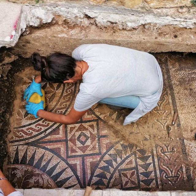 Na slici su iskopavanja na mjestu gdje se rimski mozaik, snimljeno u Srinjoj koli<br />