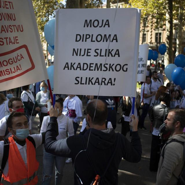 Zagreb, 230921.<br /> Medicinske sestre i tehnicari prosvjeduju na Zrinjevcu ispred Vrhovnog suda nezadovoljni uvjetima u kojima rade, protive se ucjenama i prijetnjama zbog necijepljenja.<br />
