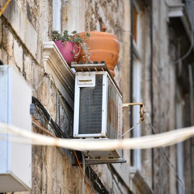 Procjenjuje se kako je unutar zidina više od tisuću klima uređaja
