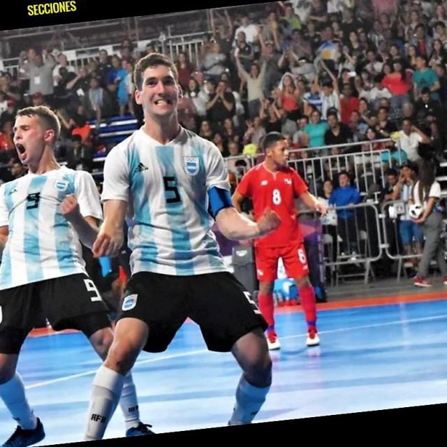 Facundo Gassmann slavi u dresu mlade argentinske reprezentacije pogotke protiv Paname pred 6.500 gledatelja na Olimpijskim igrama mladih 2018. u Buenos Airesu