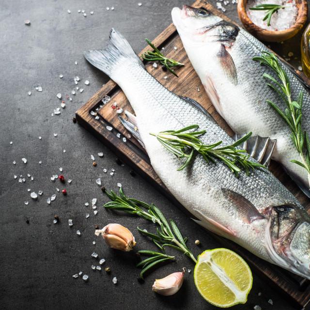 Riba na tanjuru pomaže pri smanjivanju kilograma jer joj ne manjka kvalitetnih i lako probavljivih proteina koji nas dugo drže sitima.
