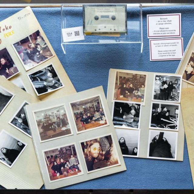 Uz kasetu se prodaju i polaroidne snimke snimljene za vrijeme posjeta