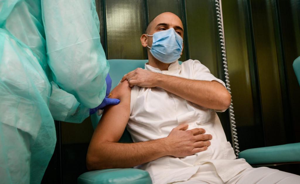 Doktor Željan Antulov prvi je prošle godine u šibenskoj bolnici primio cjepivo protiv koronavirusa