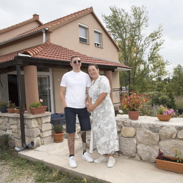 S majkom Ankom ispred obiteljske kuće u Vrlici