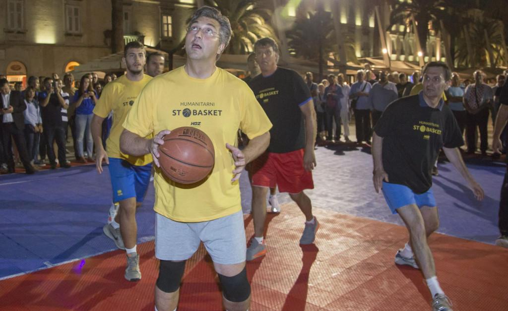 Plenković i sada voli uzeti košarkašku loptu u ruke