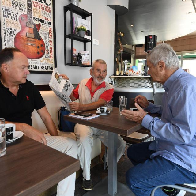 """Zadarski publicisti i dugogodišnji bivši novinari Slobodne Dalmacije Stanko Basić i Drago Marić imaju svoje 'tajno' mjesto za svakodnevnu ćakulu - caffe Macao postao je tako i posudionica Marićevih knjiga koje se nalaze na policama kafica, a u prodaji ih nema.<br /> Na fotografiji: voditelj kafića Dino Jeličić, Stanko Bašić i Drago Marić za """"svojim"""" stolom<br />"""