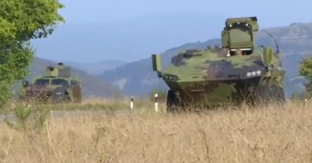 Srpska oklopna vozila na granici s Kosovom