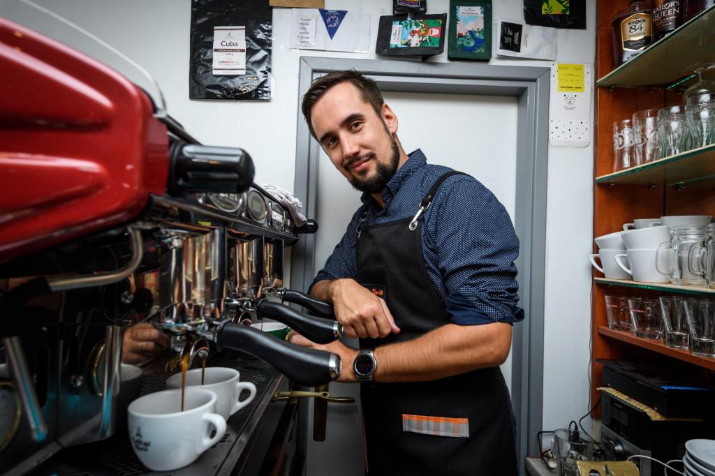 Tomislav Stančić, barista u svom kafiću Mihovil sprema kavu.<br /> Nikša Stipaničev/Hanza Media