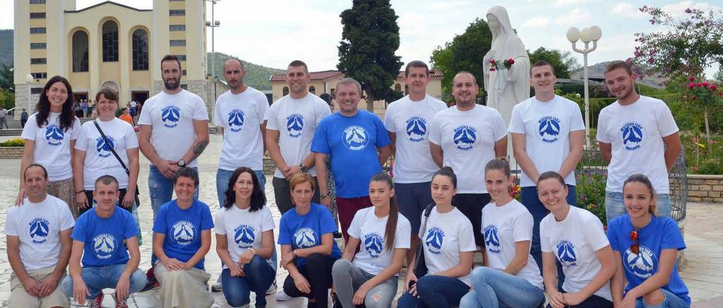 Volonteri 'Marijinih ruku' s voditeljem udruge Jakovom Čolom (stoji u prvom redu s plavom majicom u sredini)