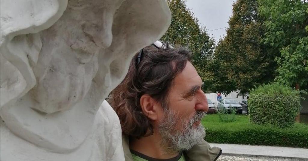 Čehok pored spomenika