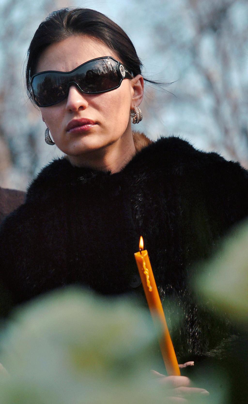 Svetlani Ceci Ražnatović, koja je stigla s velikim buketom bijelih ruža, navodno nije bio dopušten pristup grobu<br />