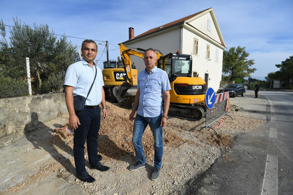 Zadar, 290921.<br /> Nacelnik Opcine Zemunik Ivica Saric i Jure Buljat, direktor opcinske komunalne tvrtke Zemunik odvodnje, predstavili su projekt izgradnje kanalizacijske mreze i sanacije vodovodne mreze na podrucju opcine.<br /> Na fotografiji: (s lijeva) Jure Buljat i Ivica Saric.<br />