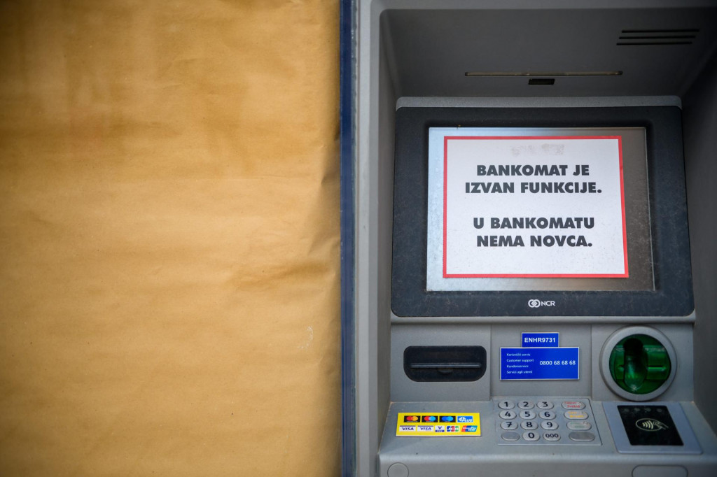 Unatoč naplati naknada, i bankomati, kao i ljudi, ostanu bez novca