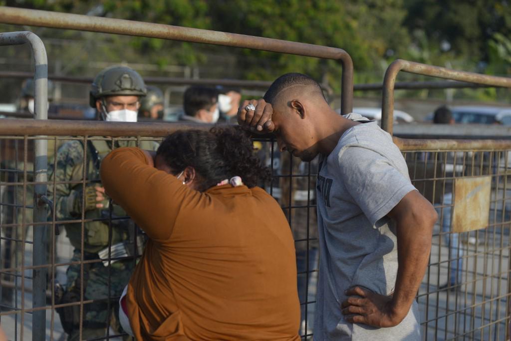 Obitelji zatvorenika čekaju ispred zatvora kako bi saznali što se dogodilo njihovim bližnjima