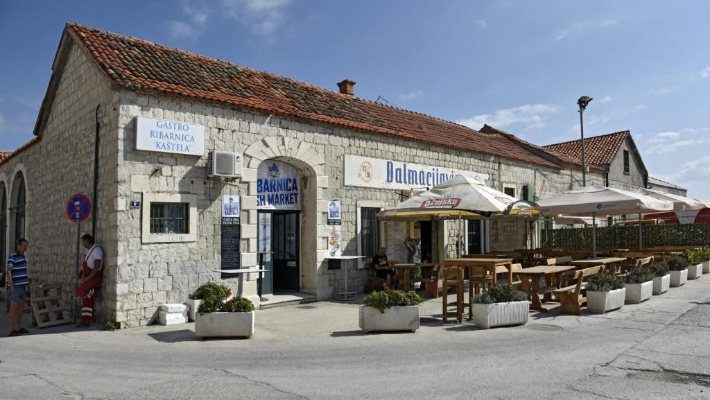 U donedavnom prodajnom prostoru 'Dalmacijavina' danas posluje ribarnica, a u susjednom - kafić