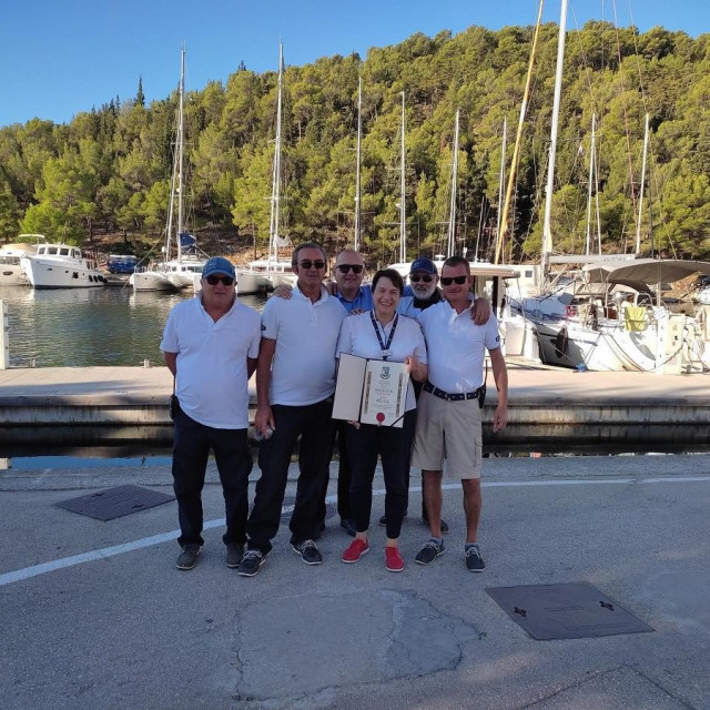 Slaven Bogut, direktor ACI marine u Skradinu, s djelatnicima