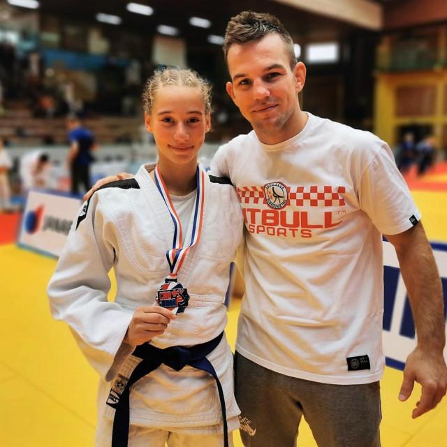 Dvojac koji je u 2021. stigao do dva naslova državne doprvakinje, kadetske, te sad mlađe seniorske - Šejla Škalić s trener Stjepo Roko