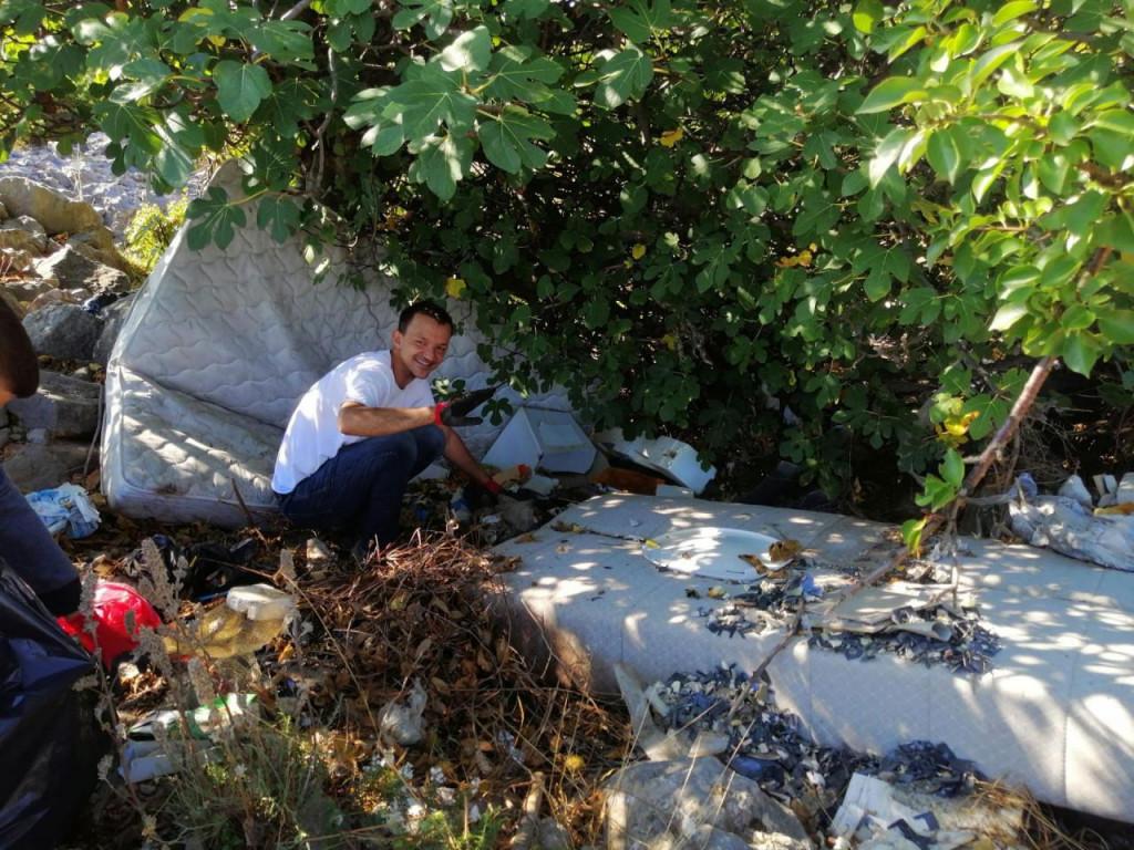 Lijepo je da se mladi (djeca!) uče volontiranju, ali čišćenje tuđeg otpada po šumama i gorama je, čini mi se, nešto sasvim drugo