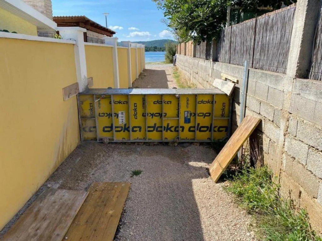 Zid je sazidan tako da je pristup obali onemogućen