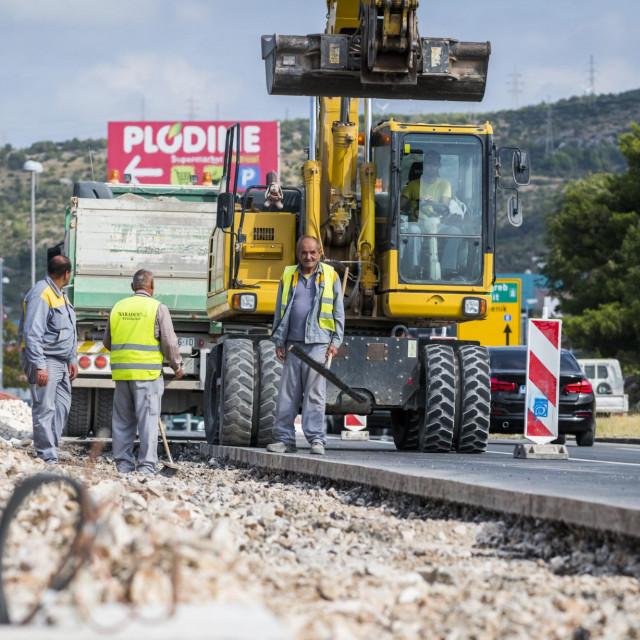 <br /> Radovi na izgradnji biciklističke staze uz Jadransku magistralu od Šibenika prema Brodarici.<br />