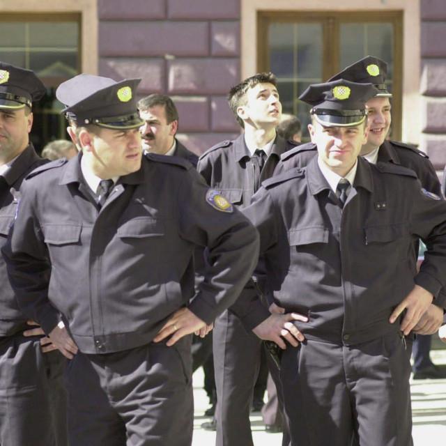 Policajci ispred sarajevske katedrale