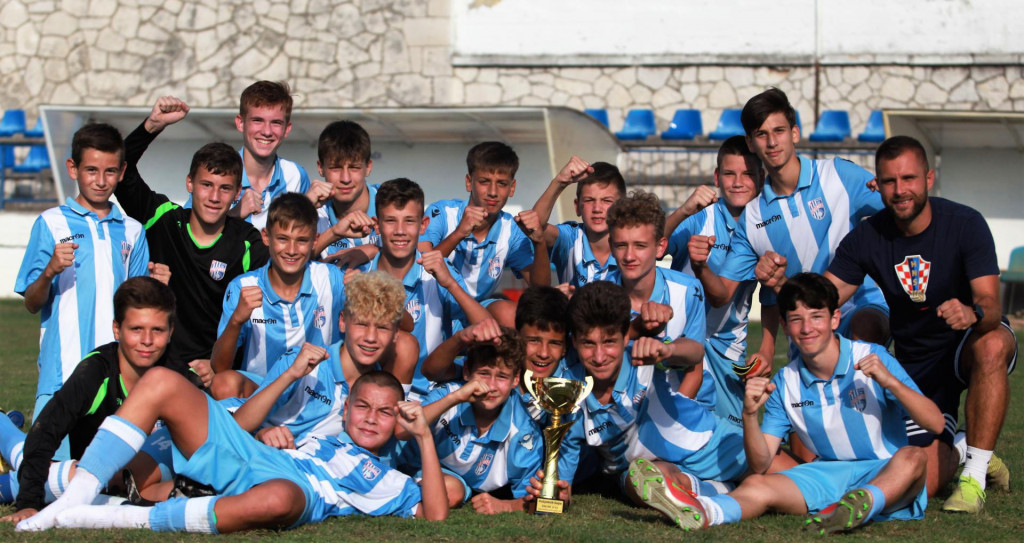 Pobjednici Županijskog kupa - slave pioniri (U14) Neretve (Metković) s trenerom Marinom Komazinom